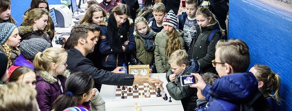 Nick Schilder speelt tegen kinderen in Wijk aan Zee. Foto: Alina l'Ami